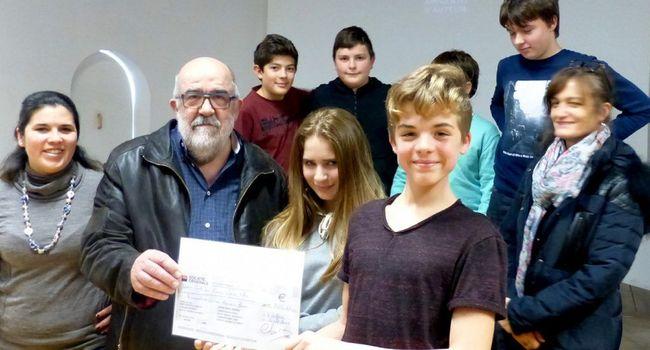 Lors de la fête de Noël, les élèves d'une classe de 5e du collège Saint-Jean (81) ont été fiers de remettre un chèque à l'association Horizon Pharma Bénin.